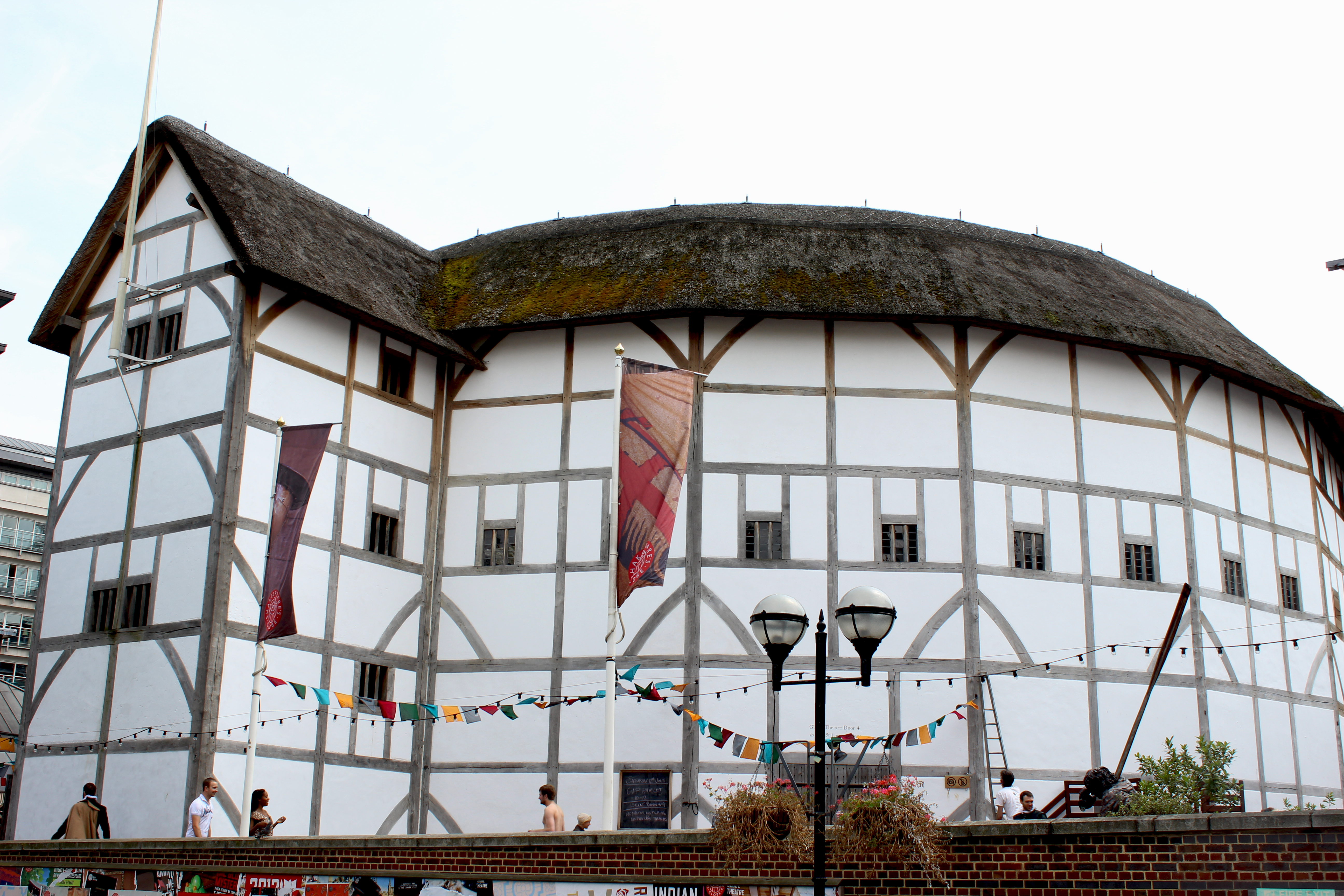 the history of globe theater The globe theater, where most of shakespeare's plays debuted, burned down on this day in 1613the globe was built by shakespeare's acting company, the lord.