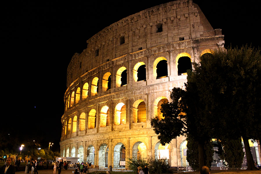 rome-colosseum-at-night